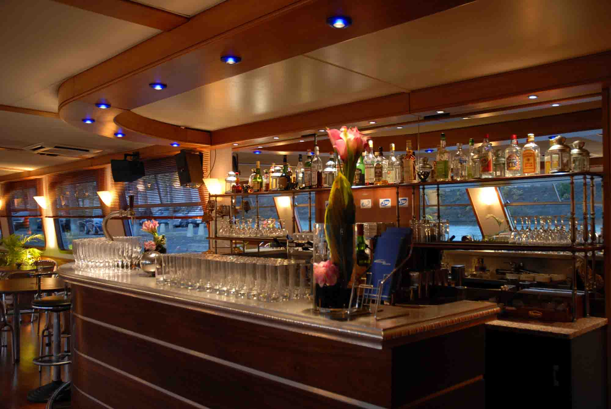 Bar du yacht Spirit of Paris